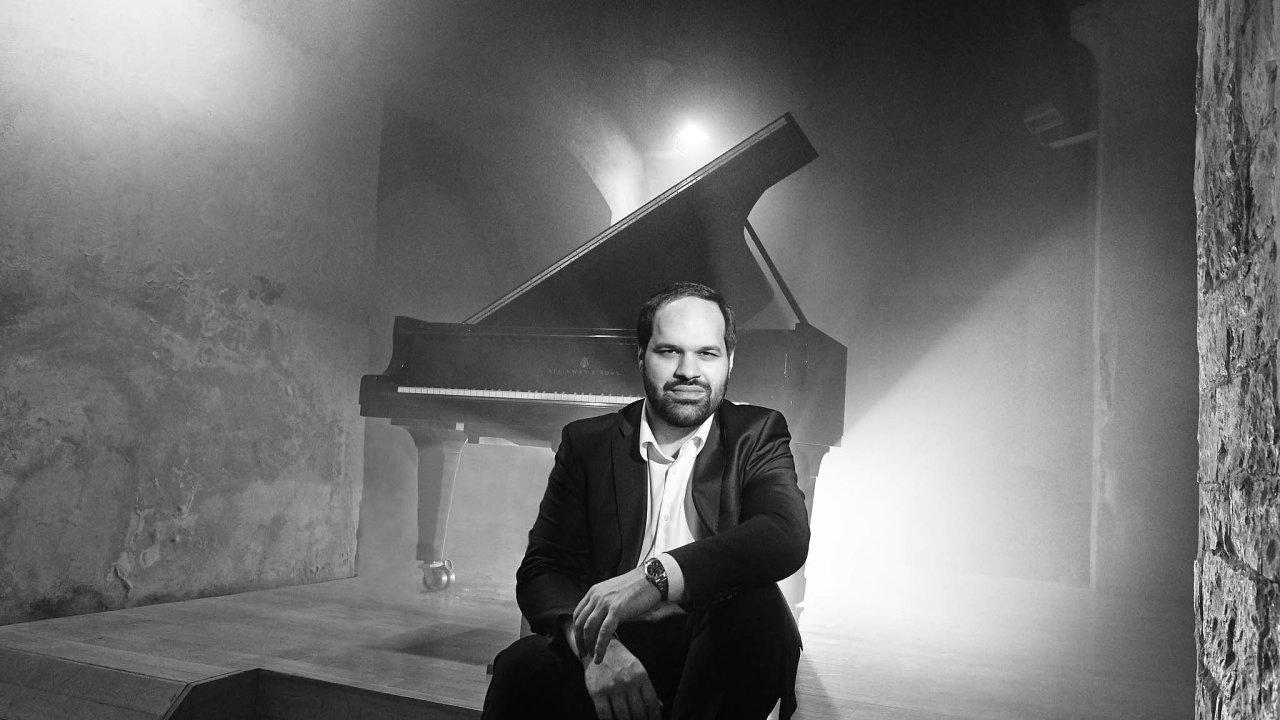 Klavírista apořadatel koncertů Jan Bartoš nevnímá hudbu optikou žánrových škatulek. Podobně ijeho interpretace je zbavená klišé avnějškovosti.