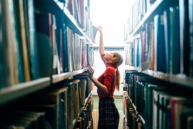 Platy ve veřejné sféře se zvýší. Například knihovníci, kteří dnes berou 20 tisíc korun měsíčně, si polepší zhruba o2200 korun