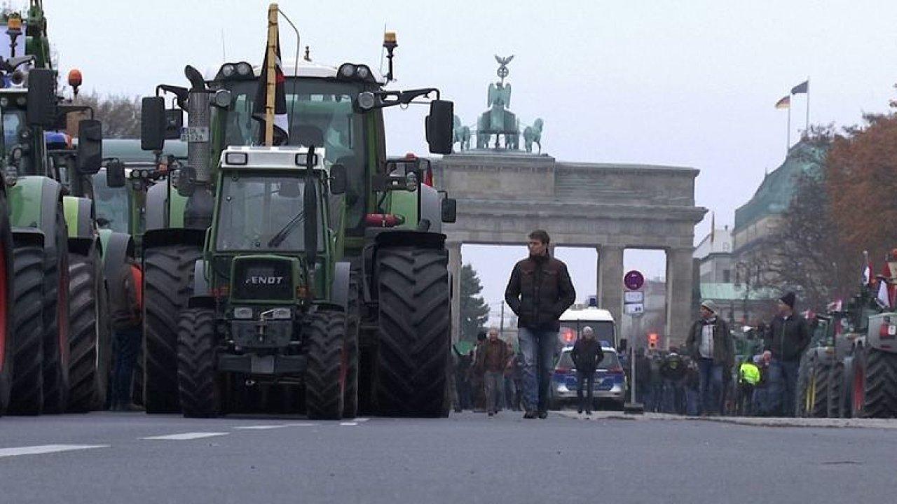 Tisíce traktorů blokují německé silnice. Zemědělci chtějí po Berlínu lepší podmínky.