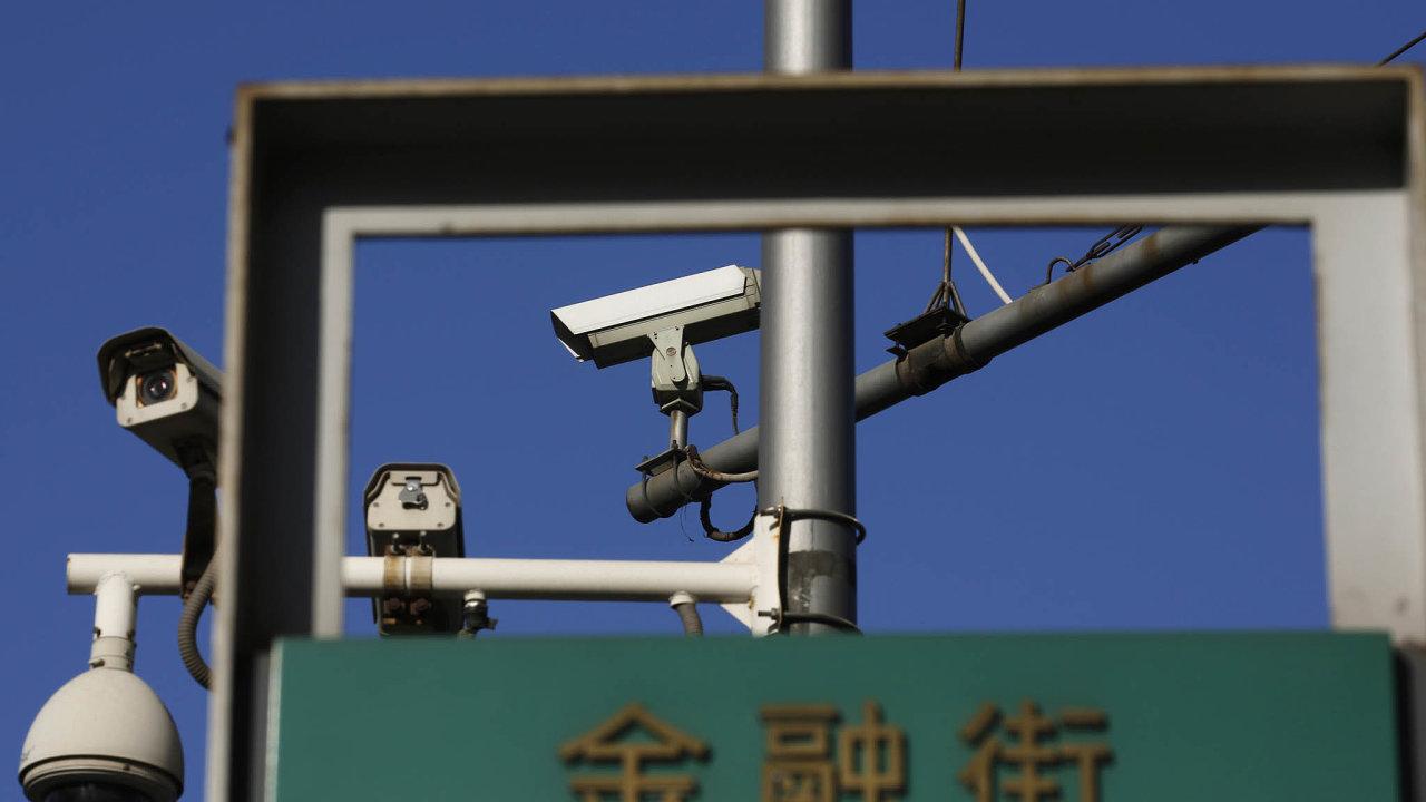 Čínské úřady používají technologie rozpoznávající obličej kekontrole nepohodlných menšin či občanů dopouštějících se přestupků. Všudypřítomné kamery sledují Číňany na každém kroku.