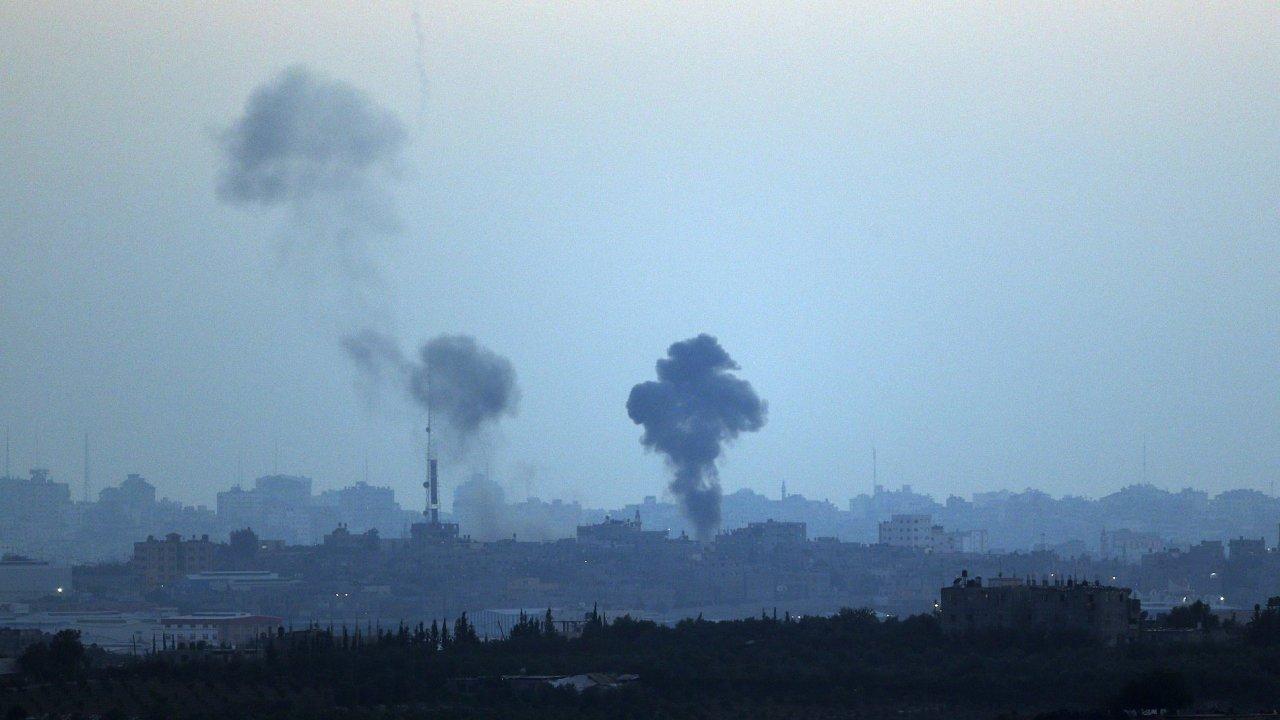Pohled od hranice Pásma Gazy. Dým stoupá z místa zásahu izraelských raket.