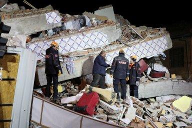 Zemětřesení na východě Turecka má už 20 obětí. Další lidé jsou uvězněni v troskách domů