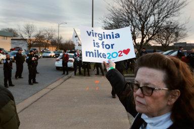 Nástup s rozpory. Před jedním z mítinků nového účastníka amerických demokratických primárek Michaela Bloomberga v Richmondu ve Virginii vyšli do ulic jeho podporovatelé.