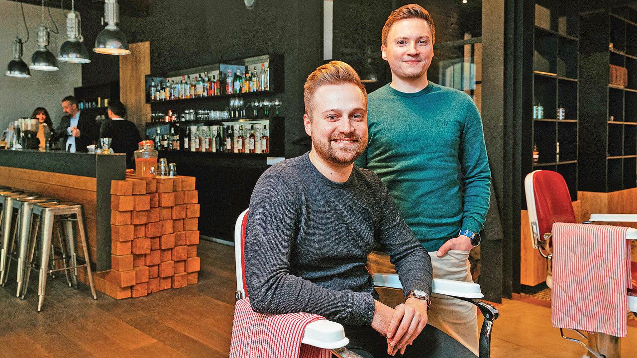 Boris Bošiak(vlevo) aFrantišek Mazuch vTony Adam'sbarber shopu, jednom zasi padesátky pražských barber shopů, kterévyužívajíReservio.