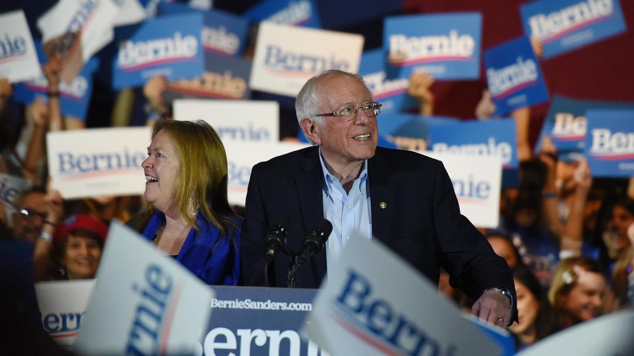 Vermontský senátor Bernie Sanders drtivě zvítězil v demokratických primárkách v Nevadě.