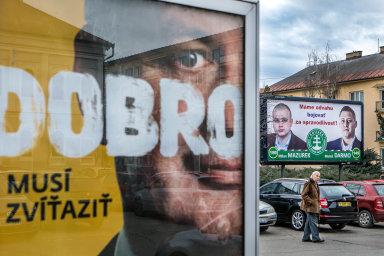Billboard strany bývalého prezidenta Andreje Kisky (vlevo) nedaleko volební reklamy extremistů Mariana Kotleby vRimavské Sobotě.
