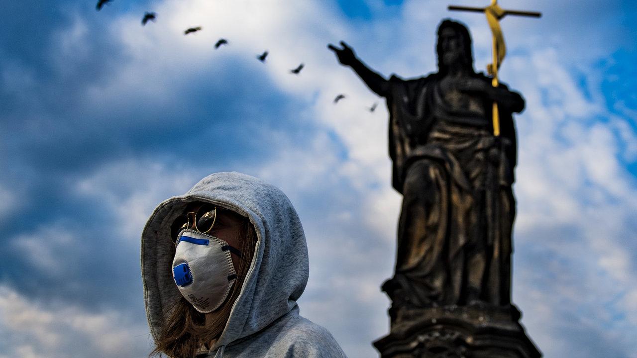 Žena s respirátorem na Karlově mostě.