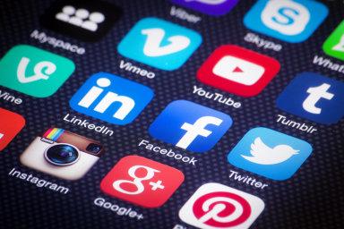 Přes Facebook, Slack, Teams, Hangouts, Zoom, WhatsApp a kdejakou další aplikaci se řeší distribuce roušek, donáška nákupů a další důležité služby.