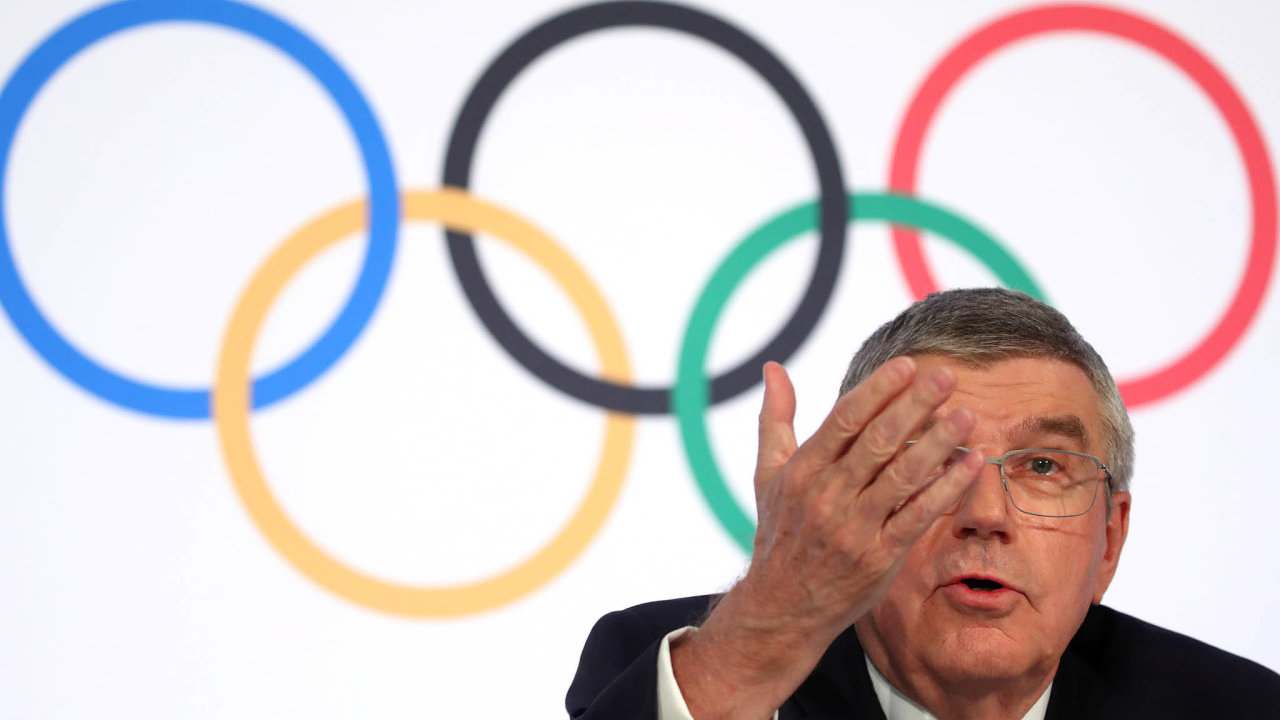 Japonský premiér Šinzó Abe se sprezidentem Mezinárodního olympijského výboru Thomasem Bachem (na snímku) dohodl vtelefonickém rozhovoru napřeložení her napříští rok.