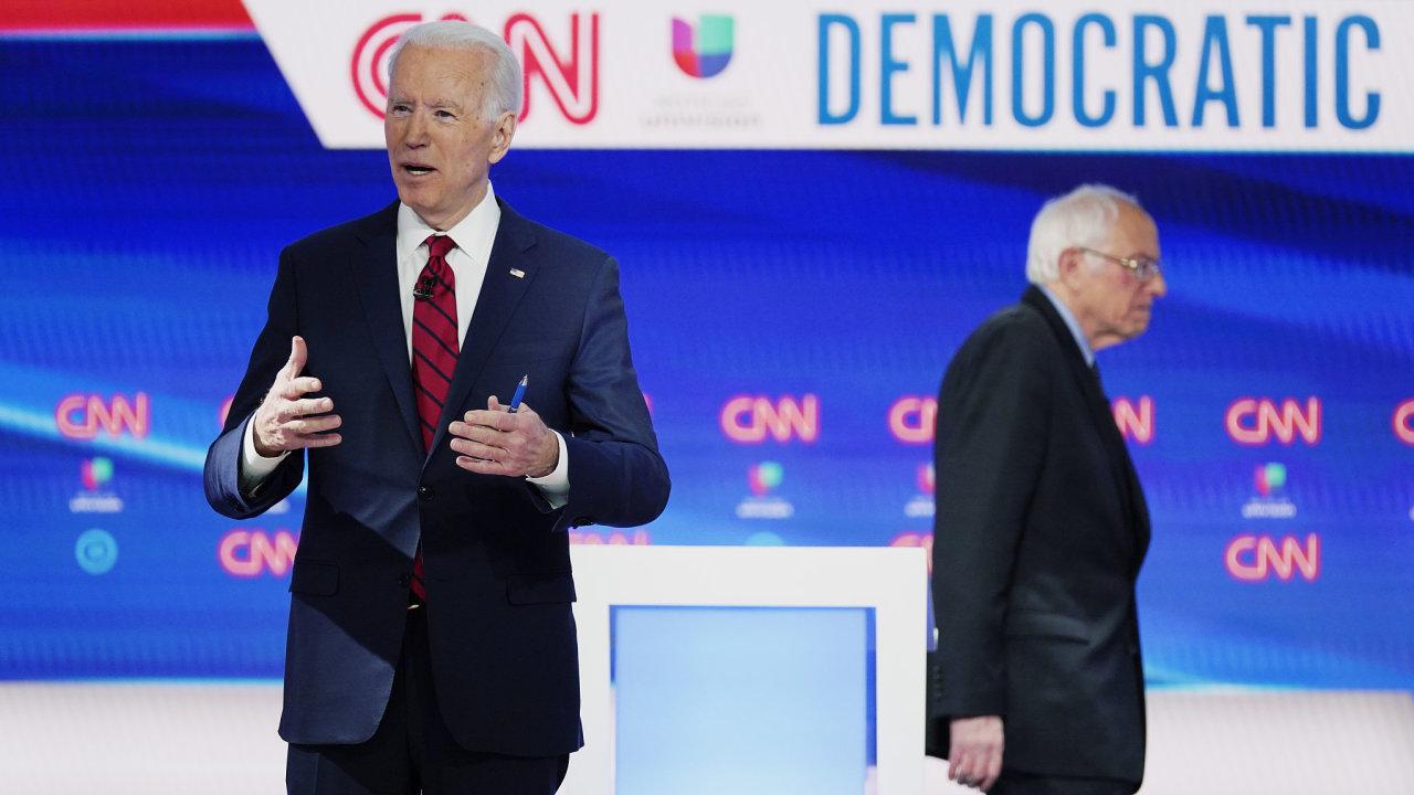 Levicový senátor Bernie Sanders ukončuje boj o nominaci Demokratické strany.