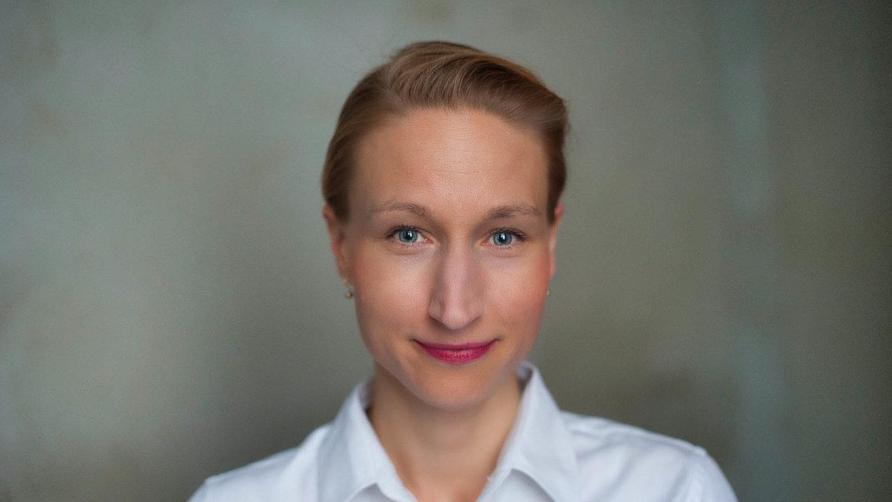 Ředitelkou marketingového oddělení J&T Banky se stala Karolina Šrámková (38). Nanovou pozici přicházítéměř sdvacetiletou zkušeností zmarketingu, pracovala pro GE Money Bank či Air Bank.