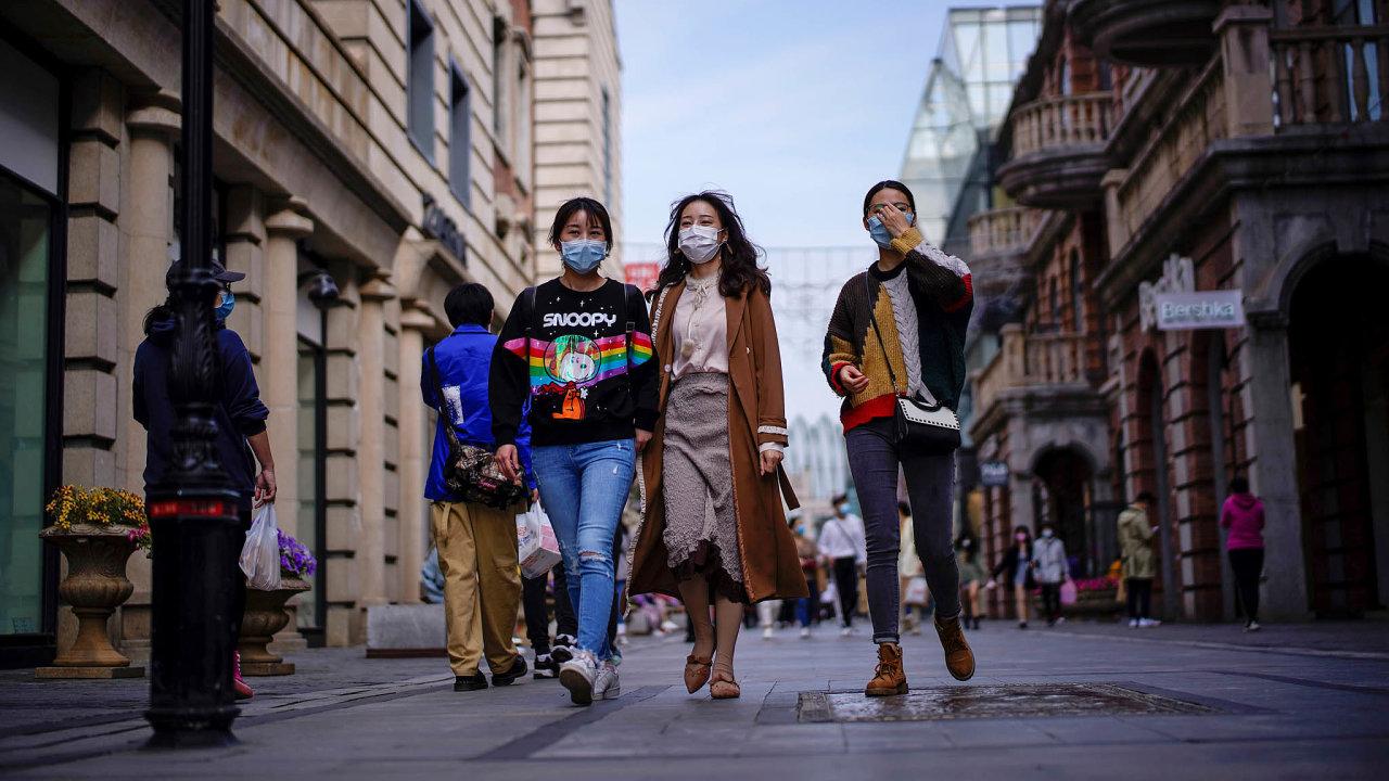 Dvě města. Dívky vulicích Wu-chanu symbolizují návrat čínského města donormálu. Bylo to možné díky masivnímu nasazení zdravotníků. New York čelí největšímu ataku nákazy nasvětě i s pomocíarmády.