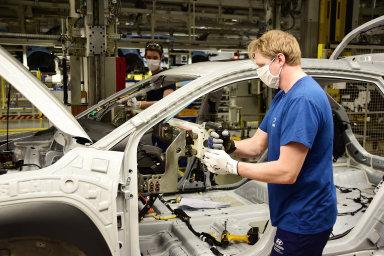 Přestože automobilky Škoda Auto a Hyundai (snímek je ze závodu v Nošovicích) už opět vyrábějí, dodavatele dílů stále tíží obrovská nejistota.