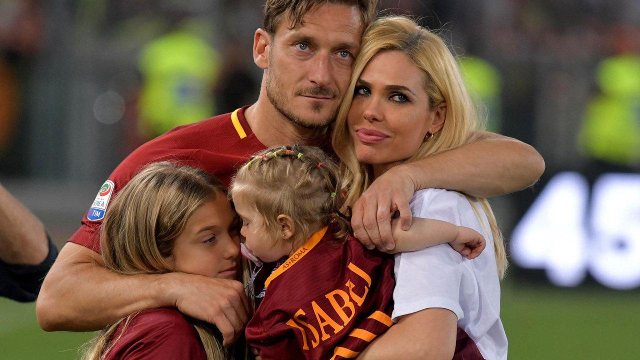 Když se Totti loučil vroce 2017 skariérou, nastadionu vŘímě sním fanoušky zdravila manželka Ilary aobě dcery. Starší Chantal (vlevo) teď fotbalová legenda brání proti nevhodné pozornosti.