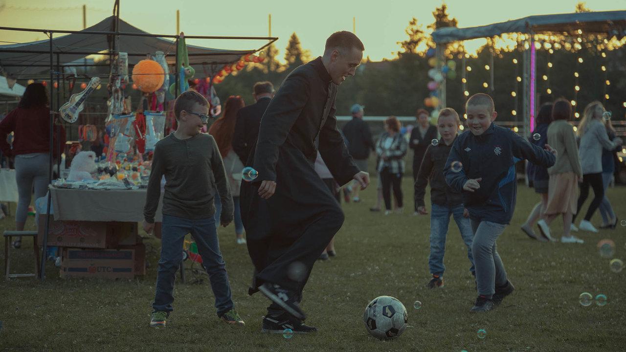 Bartosz Bielenia v hlavní roli filmu Corpus Christi hraje s kluky fotbal...