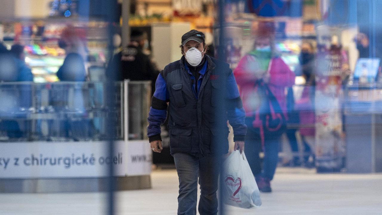 Vláda chce prodloužit nouzový stav a zároveň zavádí opatření, které může v předvánočním období ještě více zkomplikovat nákupy – v prodejnách bude moci být jeden zákazník na 15 metrů čtverečních.
