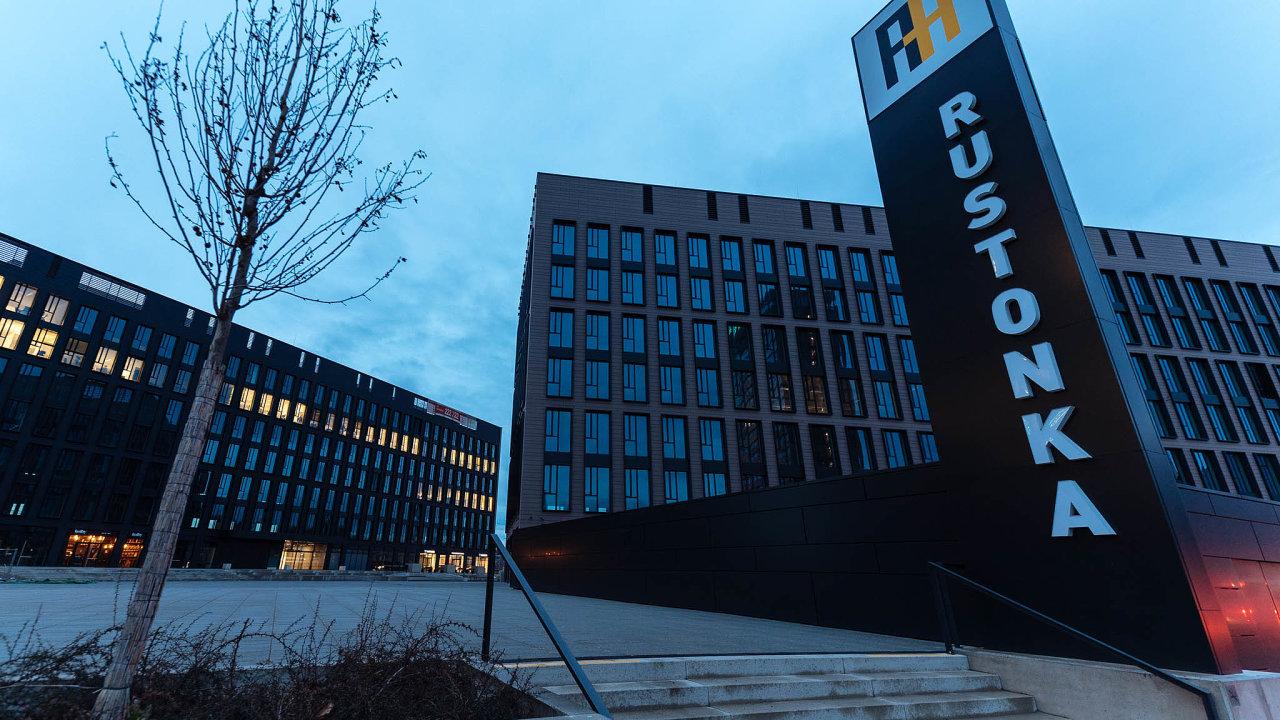 Administrativní budovu vkancelářském komplexu Rustonka napražské Invalidovně koupila J&T Banka, která vní má odletošního roku své sídlo.