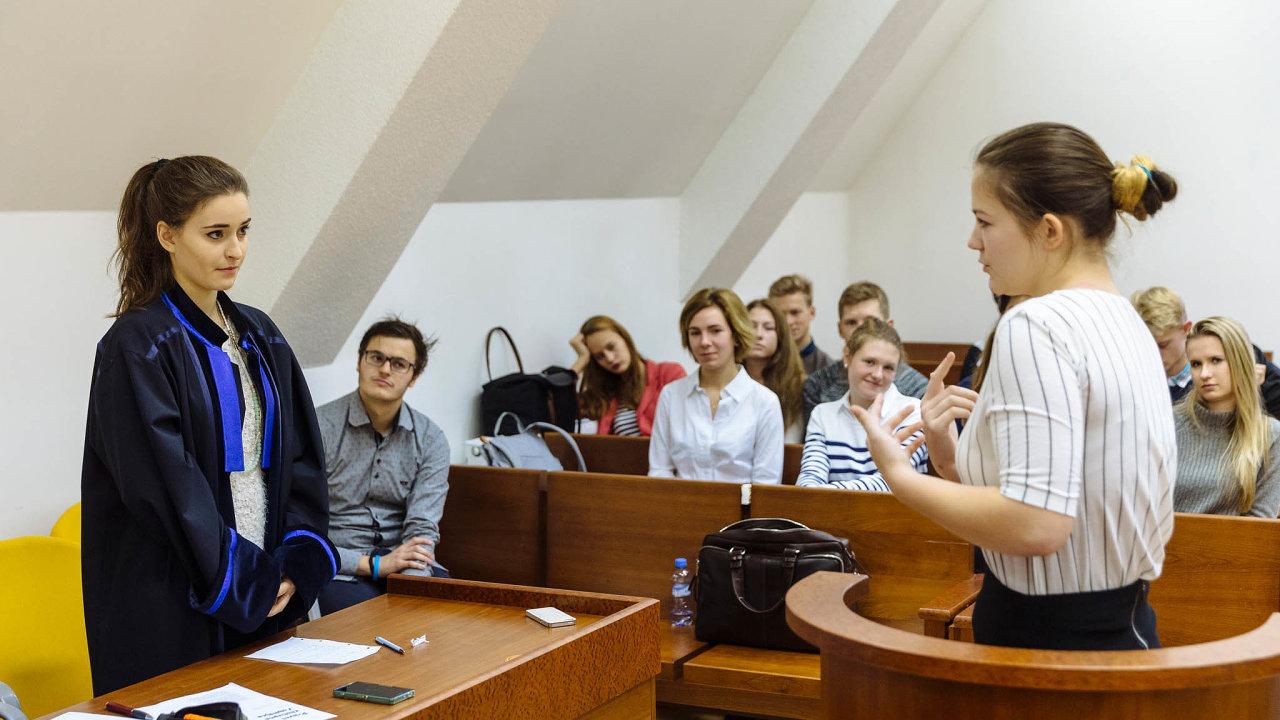 Databáze nazkoušku: Podobně jako jsou nácviky soudních řízení testem pro studenty práv, je nyní vtestovací fázi izáklad databáze rozsudků vČesku.