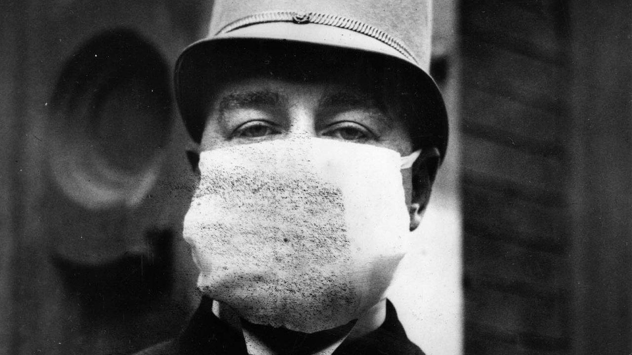 Americký policista zdoby španělské chřipky nosil téměř stejnou roušku jako jeho následovnice véře koronaviru. Stejné je to ismnoha mýty, jež epidemii zlet 1918 až 1920 i tu současnou doprovázejí.