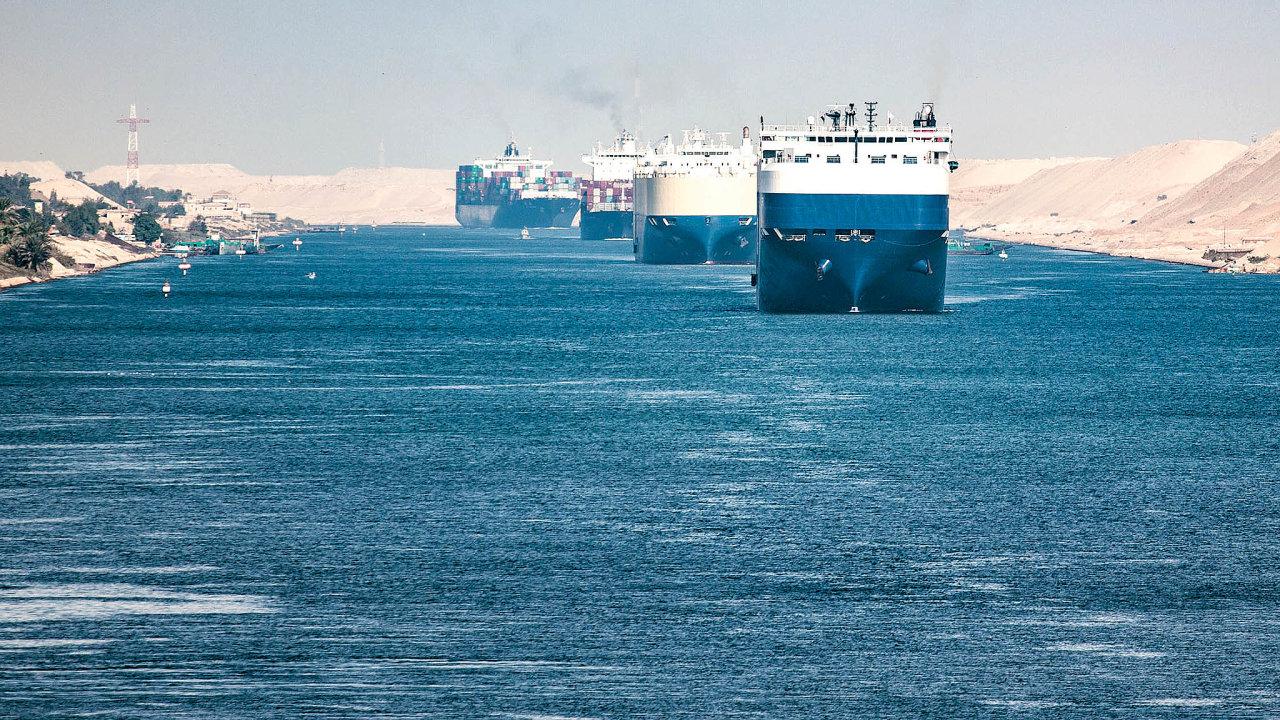 Koryto průplavu má lichoběžníkový profil. Vnejširších místech měří až 345 metrů ajeho hloubka je až 24 metrů. Díky tomu jím proplují obousměrně lodě široké padesát metrů, sponorem asi dvacet metrů asvýtlakem do240 tisíc tun.