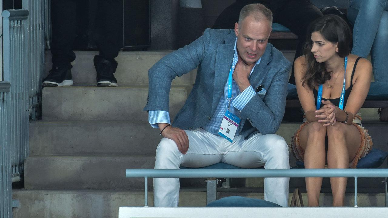 Kristóf Szalay-Bobrovniczky, který usiluje o koupi podílu ve firmě Aero Vodochody, se svojí ženou Alexandrou ve VIP sektoru na Mistrovství světa v plavání v Budapešti v roce 2017.
