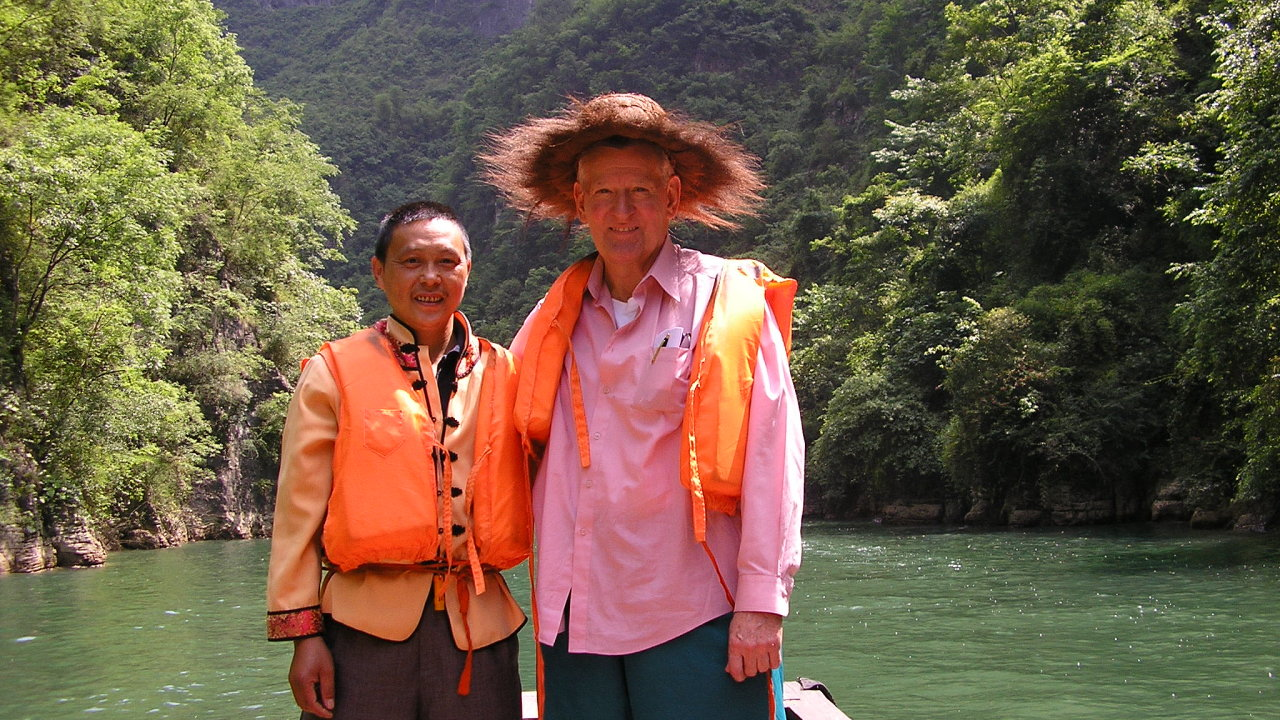 Americko-australský historik Ross Terrill (vpravo) při jedné ze svých cest po Číně na řece Jang-c-ťiang s místním průvodcem.