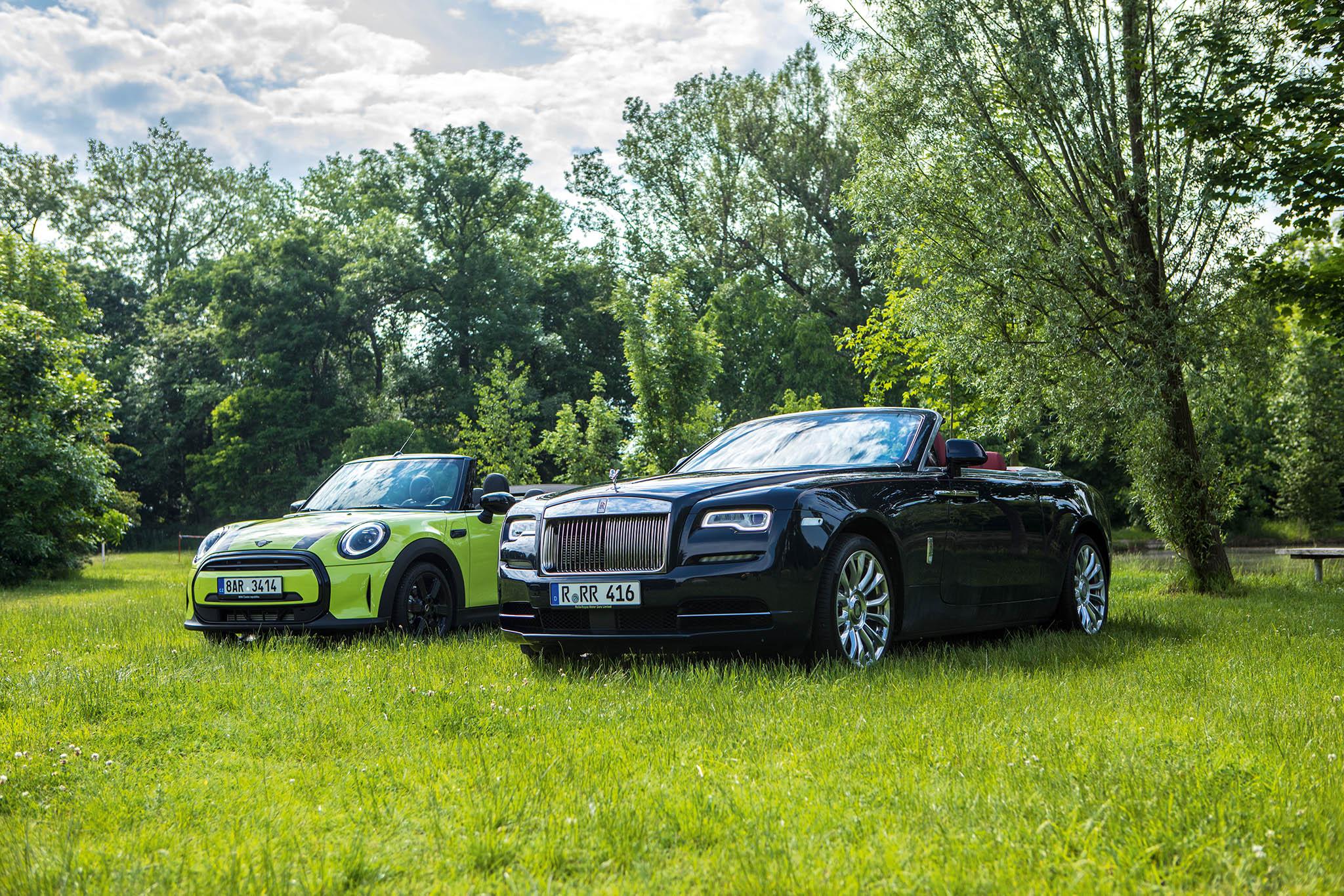 Mini Cabrio (vlevo) a Rolls-Royce Dawn