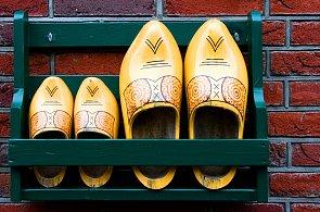 VIDEO: Holandský výrobce dřeváků ukazuje, jak vytvořit boty do deště i do sněhu