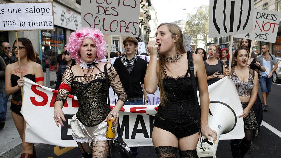Protesty proti sexuálnímu násilí na ženách.