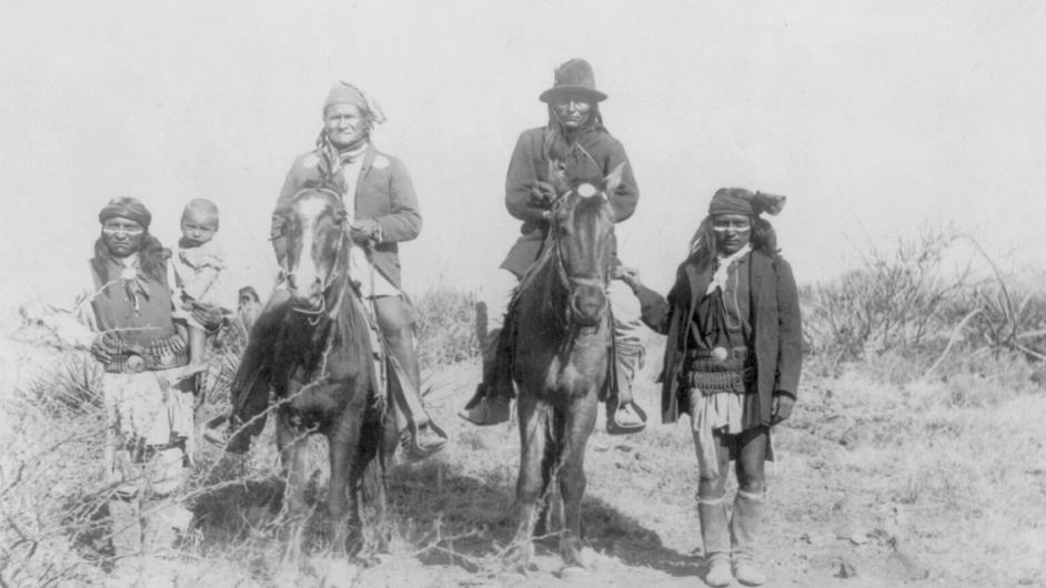 Na obálce českého vydání knihy je snímek Geronima z března 1886.