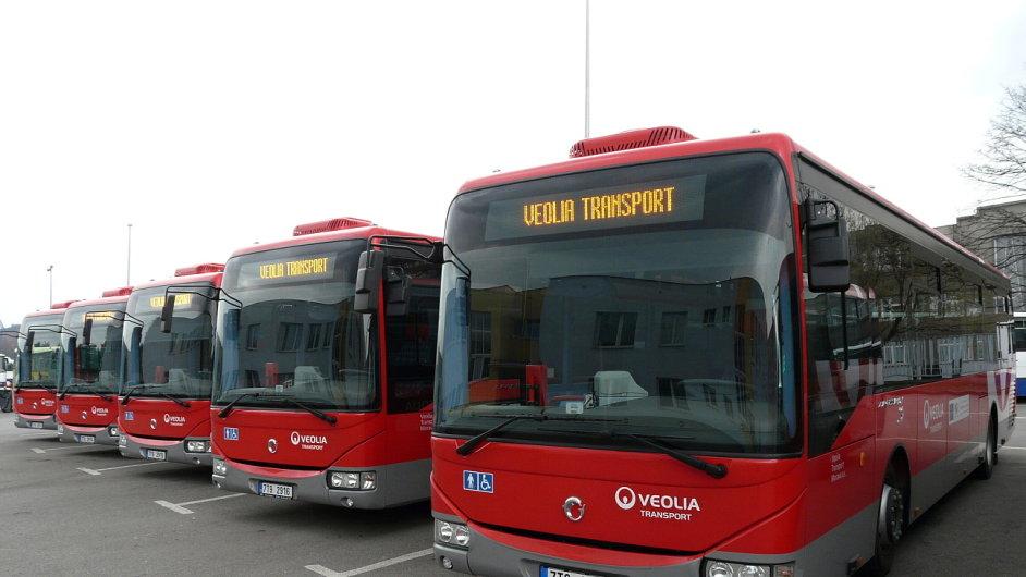 Moderní autobusy v barvách Veolia Transport.