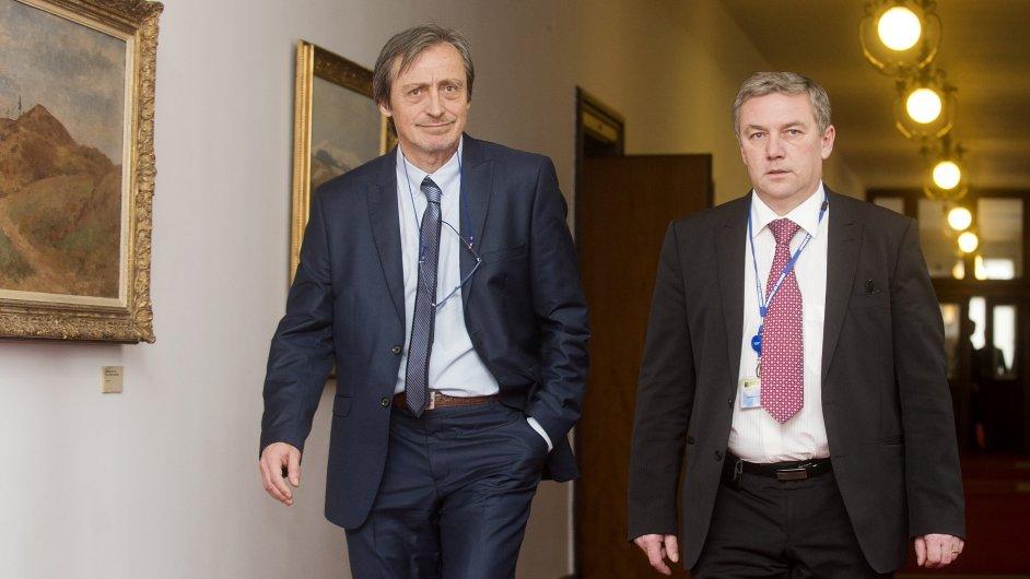 Ministr obrany Martin Stropnický (vlevo) a ministr dopravy Antonín Prachař přicházejí na schůzi vlády 3. února v Praze.