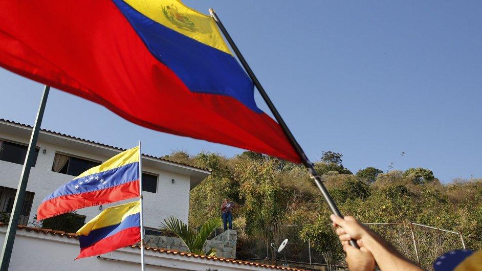 Shromáždění před domem generála Ángela Vivase, odpůrce prezidenta Madura