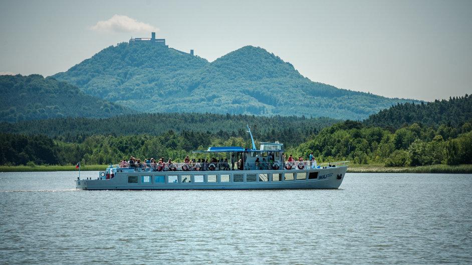 Jednou z nejoblíbenějších českých destinací je Máchovo jezero.