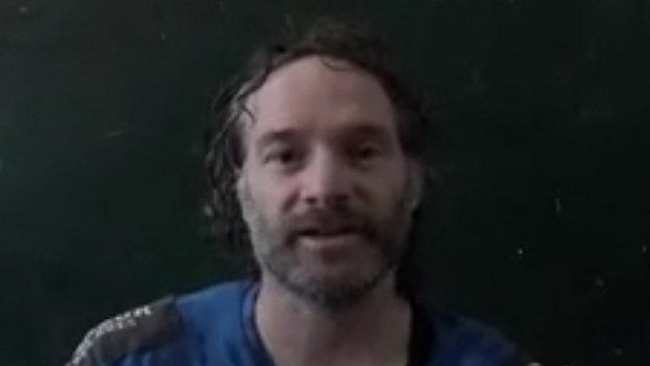 Propuštěný novinář Peter Curtis na videu zveřejněném televizí al-Džazíra
