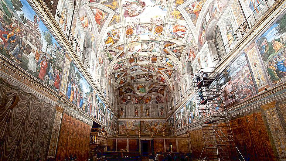 Nově nasvícený interiér Sixtinské kaple