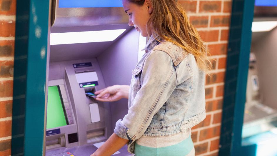 Bankomaty soupeří s novými platebními systémy (ilustrační foto).