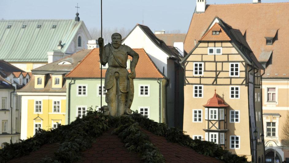 Historickým městem roku 2014 se stal Cheb. Na snímku je náměstí Krále Jiřího z Poděbrad: měšťanský dům Špalíček a kašna se sochou Rolanda.