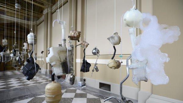 Roger Hiorns vytváří svá díla z průmyslového odpadu či třeba automobilových součástek.