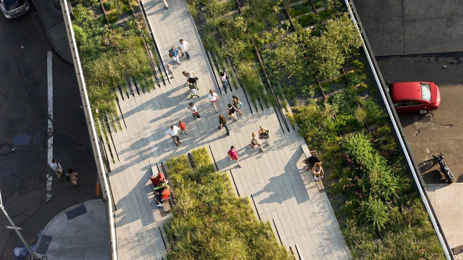 Park High Line vznikl na 2,5km trase bývalé nadzemní dráhy na newyorském Manhattanu.