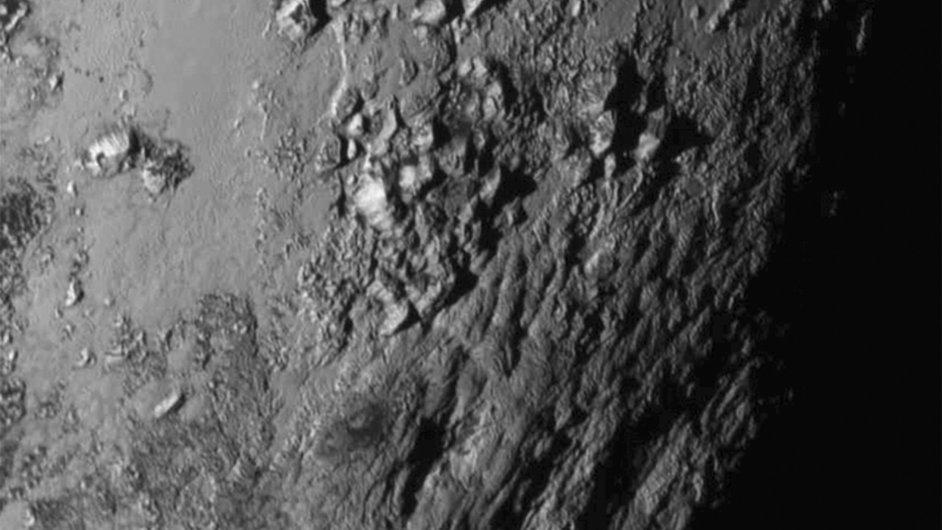 Snímky povrchu Pluta překvapivě nezachycují žádné krátery po dopadu kosmického materiálu.