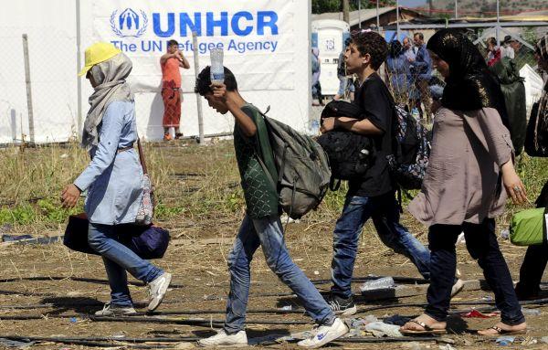 Uprchlíci putují k táboru v makedonské Gevgelii.