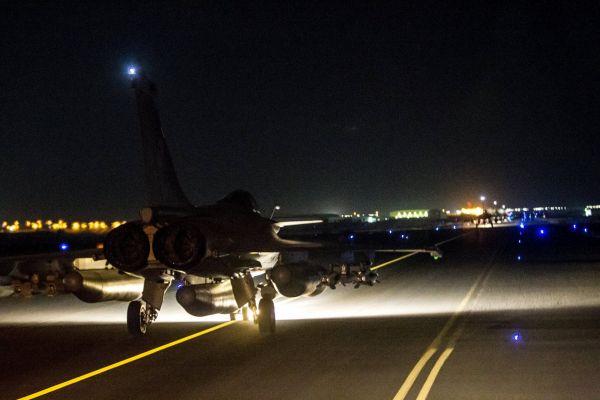 Francouzský letoun před bombardováním pozic IS v Sýrii.