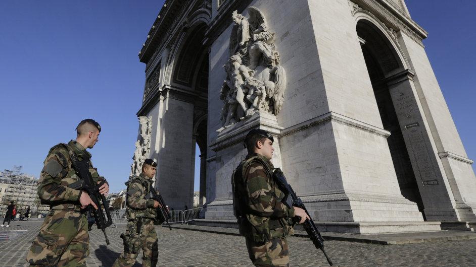 Francouzští vojáci a policisté v noci na pondělí zatýkali v hlavním městě i po celé zemi.