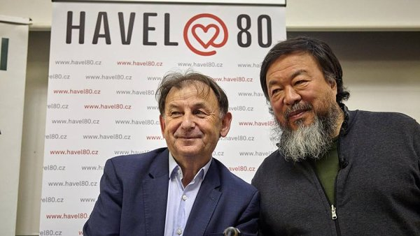 Aj Wej-wej na snímku s ředitelem Knihovny Václava Havla Michaelem Žantovským.