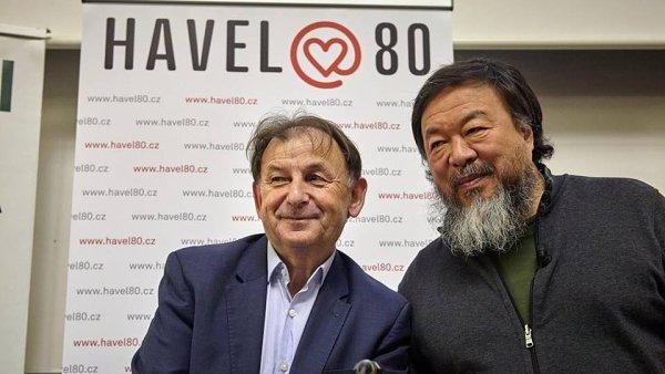Aj Wej-wej na sn�mku s �editelem Knihovny V�clava Havla Michaelem �antovsk�m.