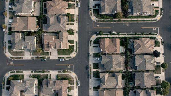 Součástí filmu National Bird je záběr z dronu přelétávajícího nad americkou obytnou čtvrtí.