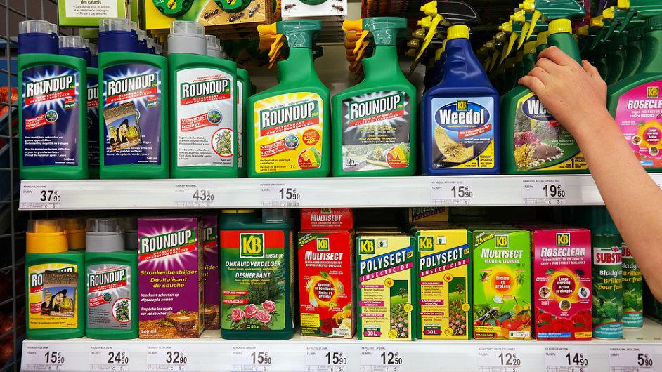 Pesticidy, herbicidy, chemikálie v obchodě. Výrobky firmy Monsanto.