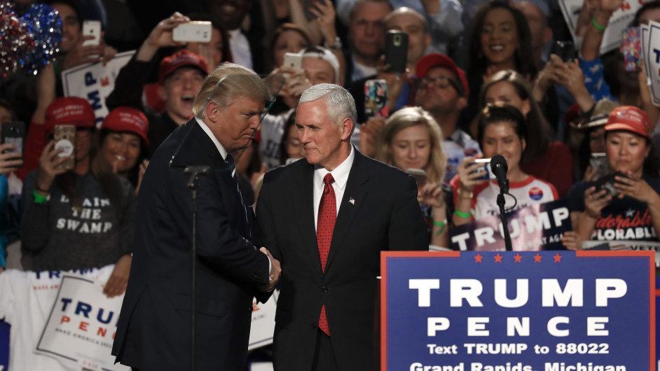 Nově zvolený prezident Donald Trump si třese rukou se svým viceprezidentem Mikem Pencem.