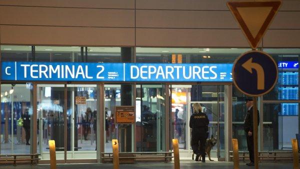 Policisty zaměstnala hrozba bombou v druhém terminálu letiště.